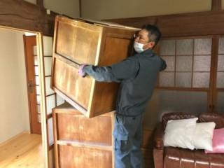 品物を搬出する男性