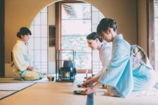 茶道を習う女性